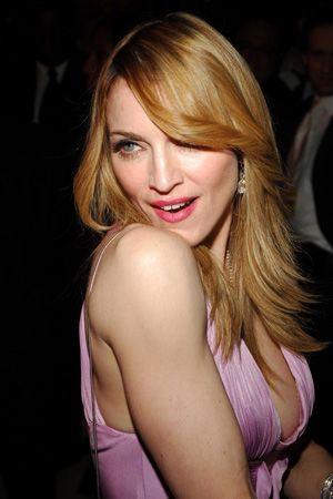 Madonna: Müziği, sahne giysileri ve zaman zaman Katolik kilisesini kızdıran çıkışları ile adından söz ettiren Madonna, bir Dunkin Donuts'ta kasiyerlik yaparak geçimini sağlıyordu.